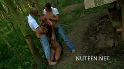 Abusando da garota no mato