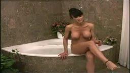Coroa peituda pegando a novinha virgem na banheira