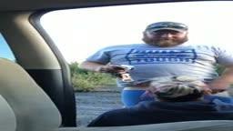 Putaria com gordo armado fazendo mulher chupar seu pau