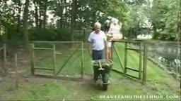 Velhinho fodendo novinha putinha na fazenda