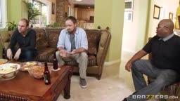 Adultério de peituda com marido em casa assistindo jogo