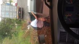 Coroa amador comendo mulher por trás no carro