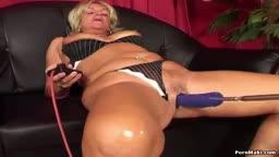 Velha safada fazendo anal com maquina de pau grande