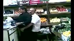 Coroas indianos flagrados transando no supermercado