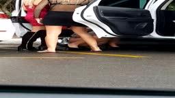Adolescentes urinando na rua