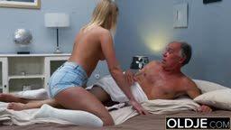 Vovô fode buceta da massagista adolescente