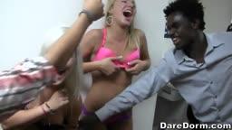 As putas da faculdade bêbadas dando uma festinha de bucetas