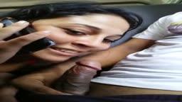 Casadinha faz boquete no amante enquanto fala com marido no celular