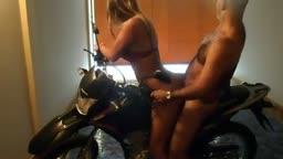Vovô tarado comendo enteada bunduda na moto