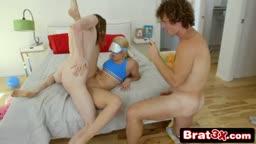 Novinha leva madeira na buceta apertadinha