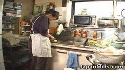 Japonesa madura safada com tesão chupando