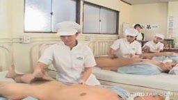 Grupo de enfermeiras bantendo uma punheta nos pacientes