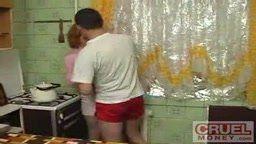 Estrupando a irma na cozinha