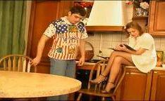 Irmão e irmã na cozinha no video putaria