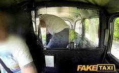 Jovens com tesão trepando no taxi em trio