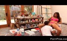 Mulher transa com pintor