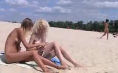 Nudistas ninfetas ficam nuas em praia  público