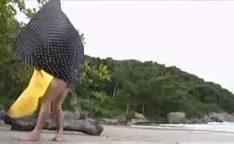 Amanda fodendo e chupando uma pica na praia