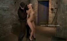 Escrava amarrada como uma porca é forçado a dar boquete em extrema