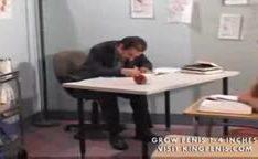 Estudante chupando e fodendo com professor na sala de aula