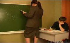 Garoto baixinho fode sua professora madura na sala de aula