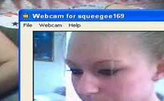 Gatinha latina gostosa na cama pela webcam