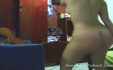 Gatinha safada bunduda rebolando no webcam