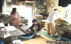 Japonesa com tesão chupando e fodendo gostoso