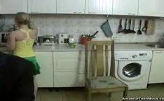 Putinha loira na cozinha com muita força