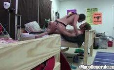 Delicias de ninfetas da faculdade nno quarto com um cara sendo chupando