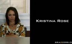 Kristina Rose arrombada em cima da mesa
