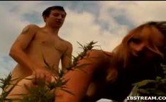 Comendo a namorada gostosa loira na grama