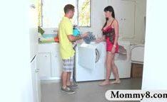 Madrasta  tira proveito de um casal de jovens