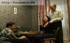 Dois rapazes forçando uma garota russa à foder
