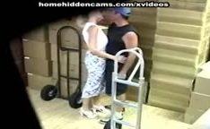 Flagra de sexo no deposito caiu na net de casal trepando