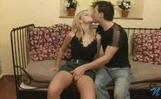 Casal jovem do porno tendo sua lua de mel