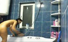 Irmão tarado vai tomar banho com irmã gostosa