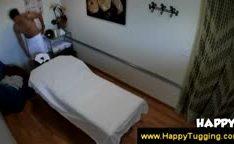 Garota safada asiática dando uma massagem nua
