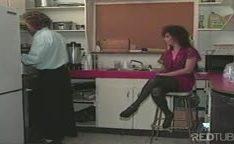 Foder morena no cu na cozinha