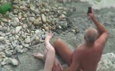 Prostituta polonesa transando com velho na praia