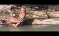Casal transando em rio da Bahia enquanto amiga filma a foda