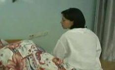 Atacando e comendo a enfermeira magrinha que veio cuidar dele