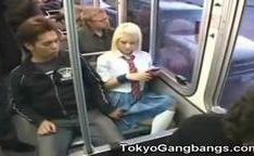 Garota loira estudante no onibus japonese sendo apalpada