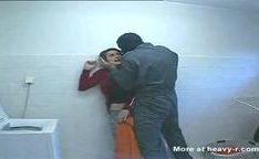 Mascarado armado estuprando loira na lavanderia