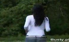 Maria Swan com uma camisa branca apertada