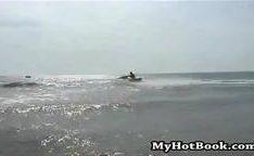 Yvette está tendo um dia selvagem na praia