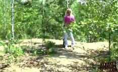 Loira amadora putona chupando uma rola no mato