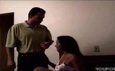 Marido corneado por encanador comendo sua mulher