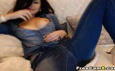 Morena de jeans esfregando sua xoxota