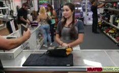Estudante novinha dando pro desconhecido na loja por dinheiro